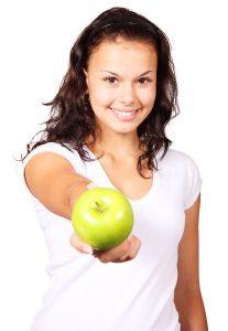 Detoxikace, jídelníček na 30 dní, dívka nabízí jablko