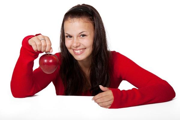 Detoxikace - dívka s červeným jablkem
