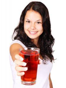 Detoxikace - dívka s nápojem