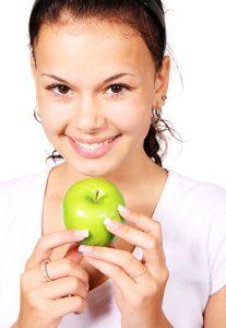Detoxikace - dívka s jablkem