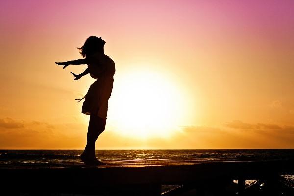 Detoxikace, ajurvéda, žena se sluncem