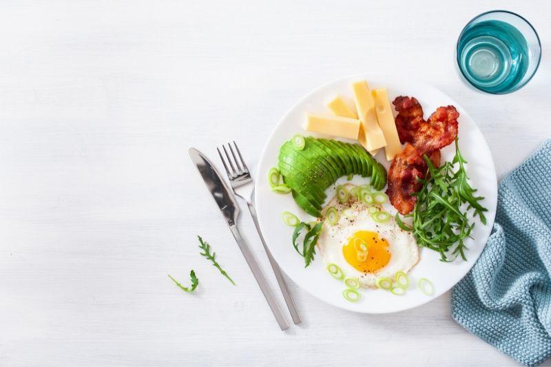 Ketóza neznamená hladovění, ale omezení sacharidů