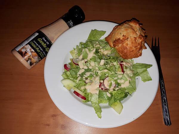 zeleninový salát, proteinové žemličky, pikantní česnekový dressing