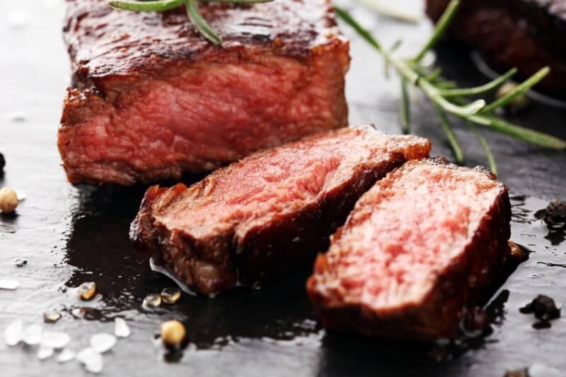 Při keto dietě si můžete pochutnat například na steaku.