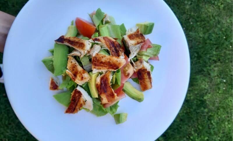 Low carb zeleninový salát s avokádem a kuřecím masem