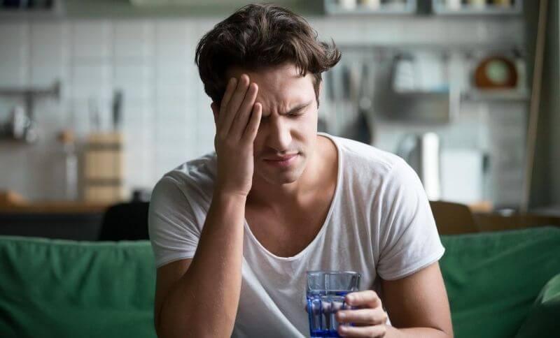 Jedním z vedlejších účinků low carb diety je bolest hlavy a únava.