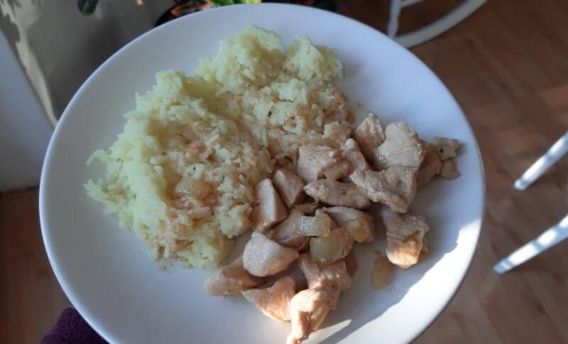 Kung Pao s kuřecím masem a konjakové rýží.