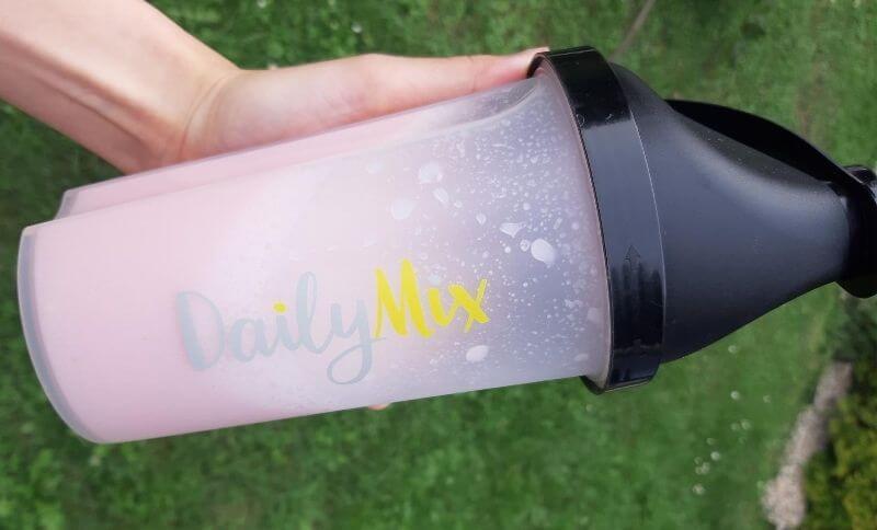 DailyMix koktejl jahodový v praktickém shakeru