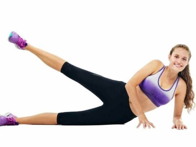 Zvedání nohou vleže na boku jako jeden ze způsobů, jak zhubnout stehna
