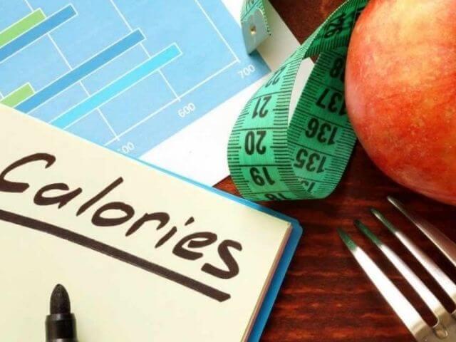 Pokud přemýšlíte, jak zhubnout stehna, doporučuje se začít počítáním kalorií a úpravou jídelníčku