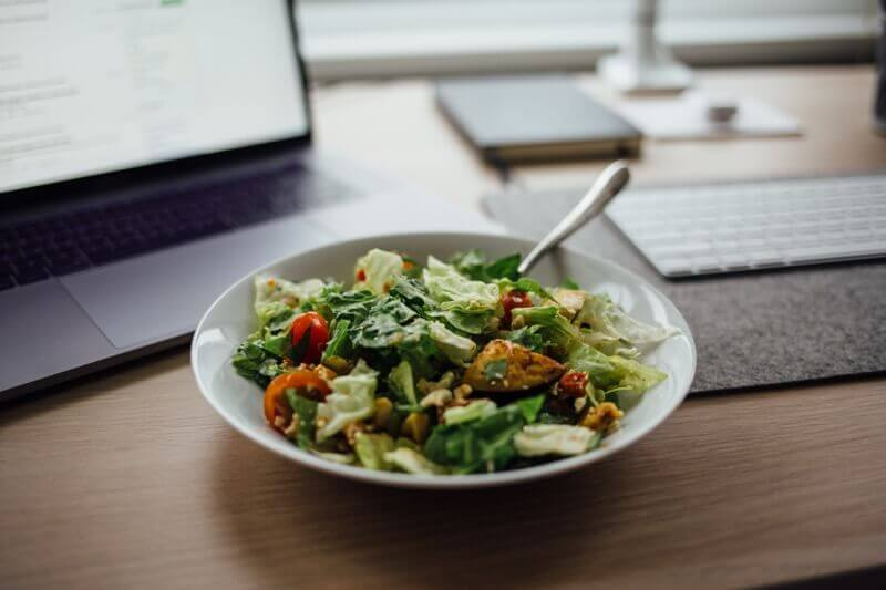 Jednoduchý paleo salát s kuřecím masem.