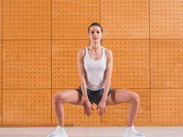 Sumo dřepy pomáhají formovat vnitřní stehna