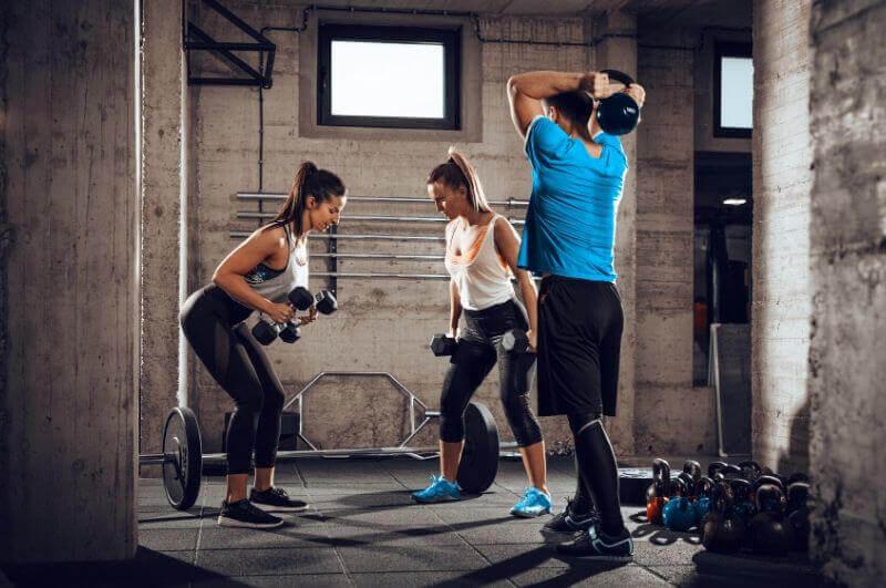 Vyšší příjem bílkovin v kombinaci s odporovým tréninkem může způsobit nárůst svalové hmoty.